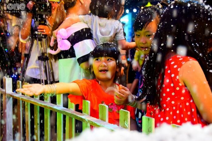 """<p> Các em nhỏ đưa tay hứng những """"bông tuyết"""" mịn màng và ngắm chúng tan ra trong lòng bàn tay.</p>"""