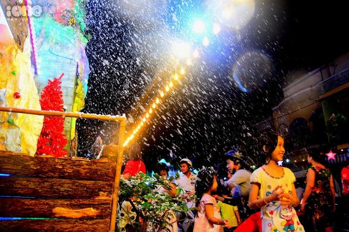<p> Những bông tuyết trắng xóa thực chất là bọt xà phòng được làm lạnh bằng máy phun tuyết nhân tạo. Chúng đọng lại thành những lớp dày trên những vật trang trí, khi sờ vào có cảm giác lành lạnh, xốp mịn...</p>