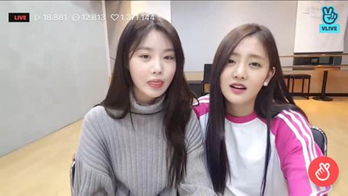 Khi xóa bỏ lớp trang điểm dày cộp, Soo Jin có khuôn mặt thơ ngây đầy bất ngờ. Các fan ngạc nhiên bởi hình ảnh quá khác biệt với khi biểu diễn trên sân khấu của thành viên (G)I-DLE.