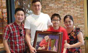 Đặng Văn Lâm chia tay người thân để về Hà Nội tập trung cho Asian Cup