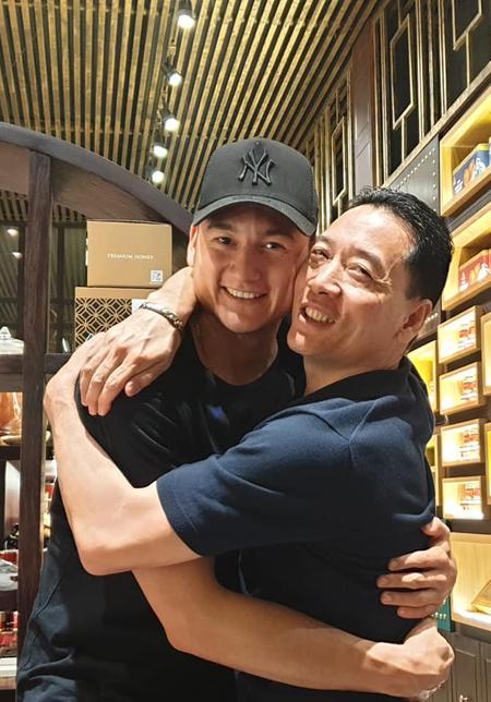 Đăng Văn Lâm chia tay người thân để về Hà Nội tập trung cho Asian Cup