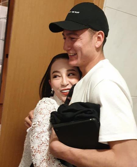 Diễn viên múa Linh Nga ôm chầm lấy cậu em tài năng. Văn Lâm tiết lộ, anh rất yêu quý và thần tượng chị gái.