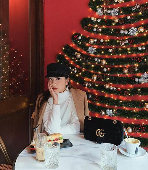Đồng Ánh Quỳnh háo hức chờ đến Noel, cùng thời điểm cô nàng cũng tổ chức buổi offline họp fan.