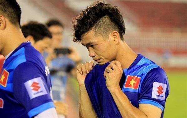 Kiểu tóc xoăn Hàn Quốc gọn gàng, cắt ngắn, được cạo hai bên đầy nam tính mang lại vẻ ngoài khỏe khoắn, trẻ trung.