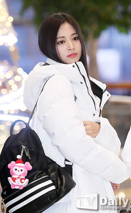 Các thành viên Twice đang quảng cáo cho nhãn hiệu thời trang mà nhóm làm người mẫu đại diện. Tzuyu còn chịn gấu bông mặc trang phục Giáng sinh đính trên balo.