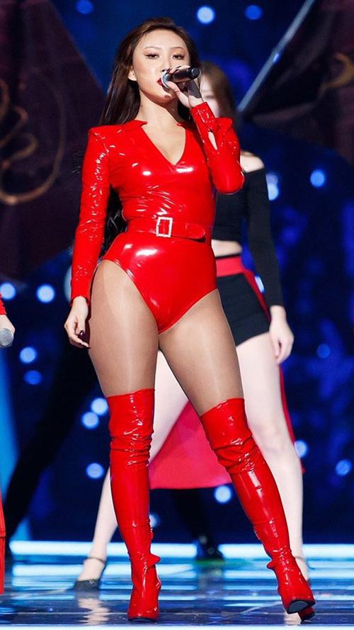 Làn da ngăm, cặp đùi to, săn chắc của Hwasa là tiêu chuẩn nhan sắc được ưa chuộng ở nước ngoài nhưng không phổ biến ở Hàn. Nữ ca sĩ không để tâm đến bình luận ác ý mà tự tin thể hiện bản thân ở MAMA 2018.