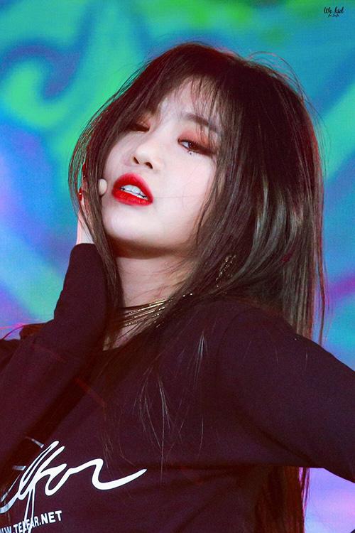 Ngôi sao của Cube có biểu cảm đa dạng, luôn biết hút mắt khán giả. Các fancam của Soo Jin luôn thu hút lượng xem khủng nhờ hình ảnh sexy, đầy thần thái.