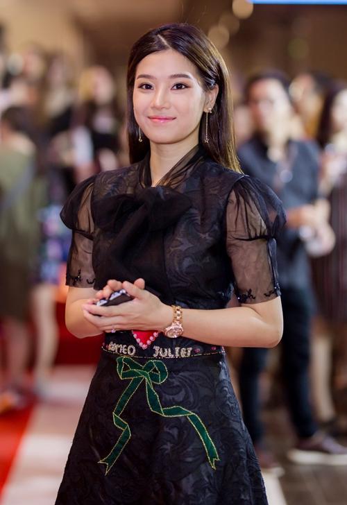Hoàng Yến Chibi đến chúc mừng đoàn phim.