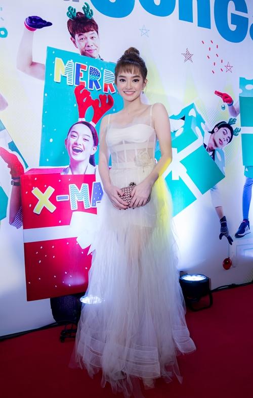 Kaity Nguyễn diện bộ váy trắng như công chúa tại buổi ra mắt.