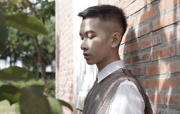 Hôm nay chia tay là một bản nhạc Hàn Quốc, do chính anh chàng viết lời Việt. Nó nằm trong chuỗi dự án Love do nam ca sĩ trẻ sản xuất để khép lại một năm 2018 có nhiều sự thay đổi.