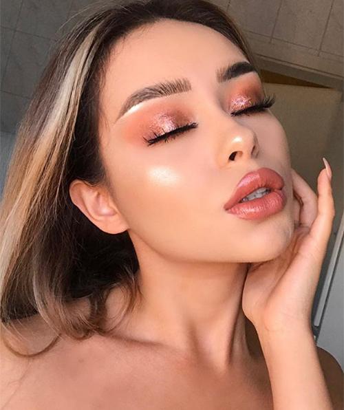 ... lúc lại gây mê hoặc với lối makeup sắc sảo chẳng kém những cô gái đình đám Instagram như Kylie Jenner, Lily Maymac...