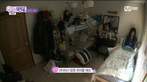 Ngay cả khi đã ngồi trên giường, Tzuyu vẫn không để lộ bất cứ khoảnh khắc xuề xòa, mất hình tượng nào.