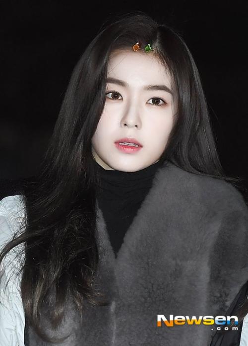 Irene không nở một nụ cười, cô nàng co ro vì quá lạnh.