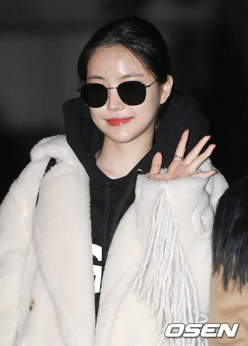 Son Na Eun tươi tắn tạo dáng.