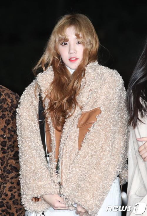 Yuqi luôn là thành viên nổi bật nhất với mái tóc vàng óng, xinh xắn như búp bê.