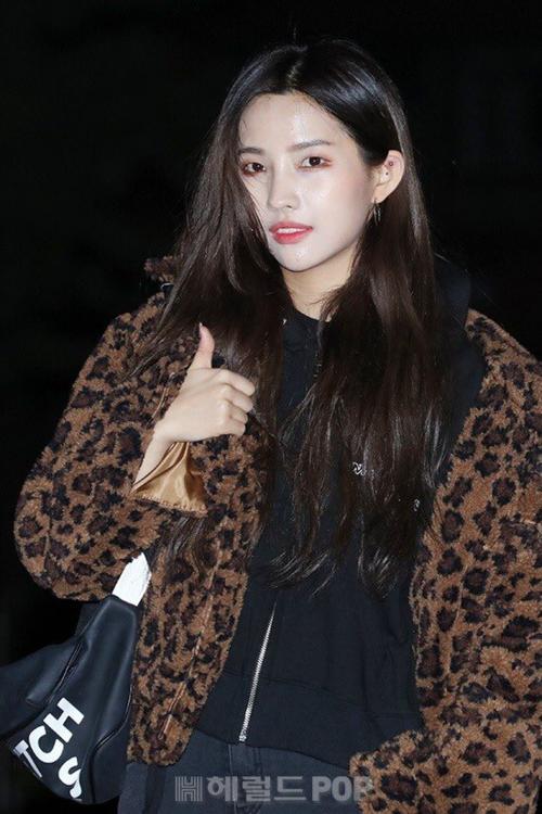 Trưởng nhóm So Yeon mặc áo họa tiết da báo, item hot hit của mùa đông năm nay.