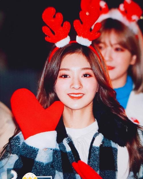 Na Kyung đeo bờm tuần lộc đáng yêu.