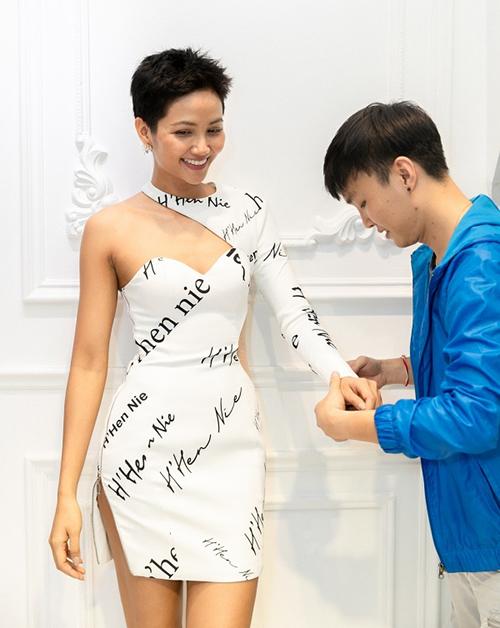 Diện toàn đồ cũ sau Miss Universe, HHen Niê chứng minh là hoa hậu giản dị - 3