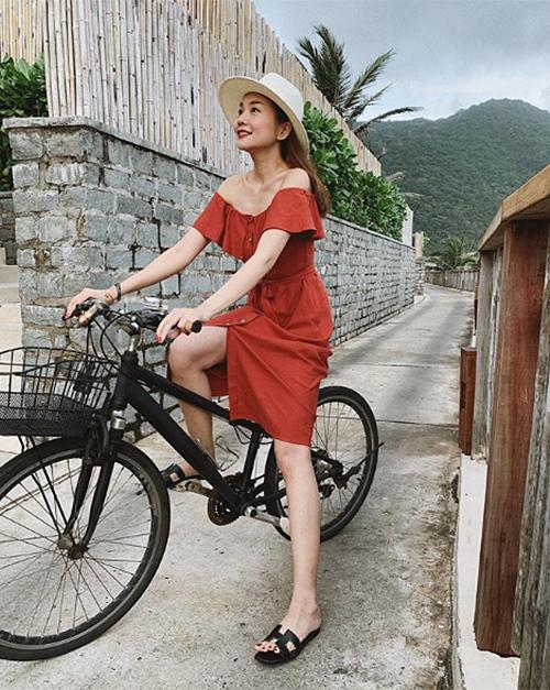 Thanh Hằng đầy trẻ trung khi diện váy trễ vai đạp xe ở khu resort.