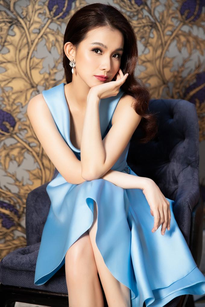 <p> Sau nhiều năm rời showbiz để chăm lo cho gia đình, mới đây, Thùy Lâm - Hoa hậu Hoàn vũ Việt Nam đầu tiên, trở lại xinh đẹp trong bộ sưu tập thời trang ứng dụng mới nhất của NTK Lê Thanh Hòa.</p>