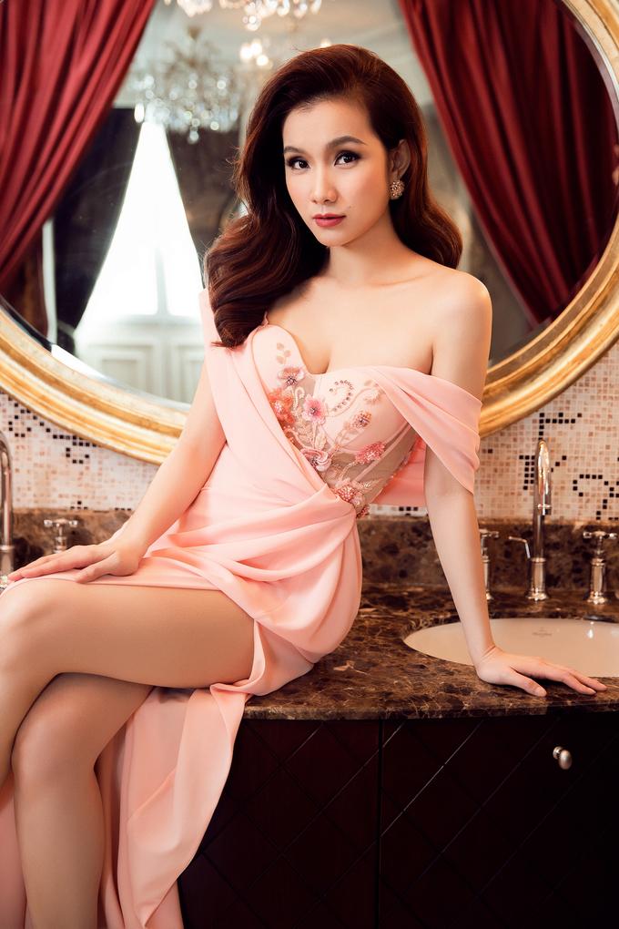 <p> Lê Thanh Hòa đã biến hóa ba màu chủ đạo là trắng, hồng, xanh trên nền chất liệu vải cao cấp cùng những đường cắt trang nhã để tạo nên những bộ đầm tôn lên nhan sắc ngọt ngào của Hoa hậu Thùy Lâm.</p>