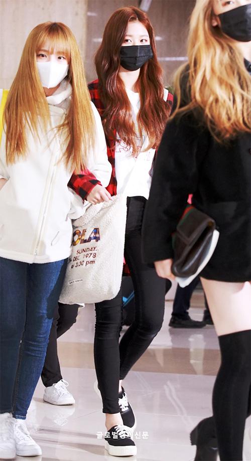 Jang Won Young (áo kẻ đỏ) khiến công chúng trầm trồ về đôi chân dài miên man. Các cô gái IZONE đeo khẩu trang khi về Hàn, che khuôn mặt mệt mỏi.