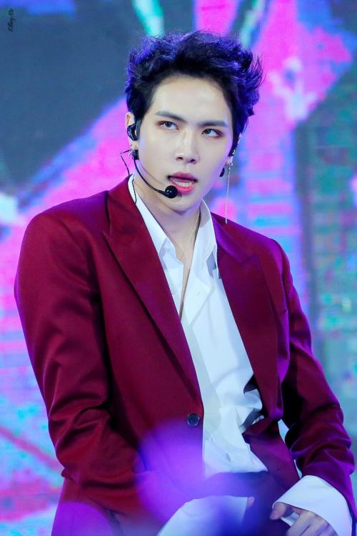 Cựu thành viên JBJ, Kim Dong Han nhiều lần khiến fan đổ gục với ánh mắt sắc lẹm và thần thái không đùa được khi trình diễn.