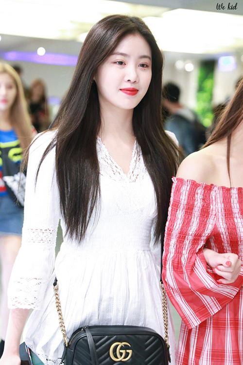 Ở sân bay, Soo Jin đẹp nhẹ nhàng trong chiếc váy liền trắng, môi đỏ tràn đầy sức sống. Khó ai có thể tin được đây là một quái vật sexy, luôn bùng nổ trên sân khấu.