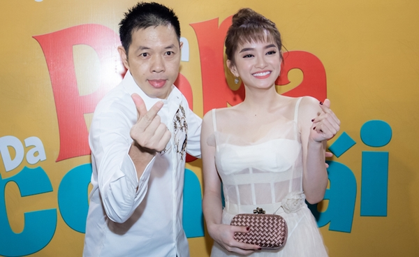Kaity Nguyễn - Thái Hòa nhắng nhít khi gặp lại nhau. Cả hai tạo dáng pose hình xì tin.