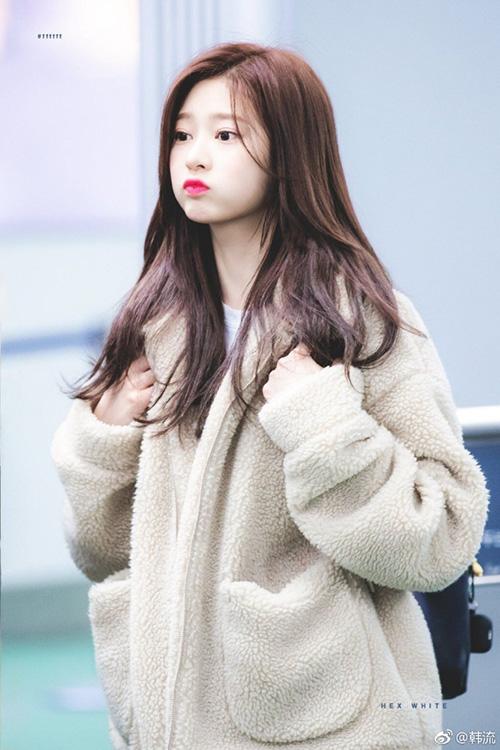 Tuy tài năng của Kim Min Joo còn gây nhiều tranh cãi nhưng không thể phủ nhận cô nàng có khí chất ngôi sao, xứng đáng được debut. Thành viên IZONE khiến fan yêu quý nhờ tính cách nhẹ nhàng, tốt bụng với các cô gái trong nhóm.