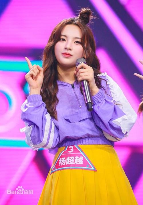 Dương Siêu Việt, sinh năm 1998, đang là nữ thần tượng trẻ hot hàng đầu showbiz Hoa ngữ hiện nay. Cô nàng nổi tiếng nhờ tham gia chương trình Produce 101 phiên bản Trung Quốc và thành công ra mắt trong nhóm nhạc 11 thành viên Rocket Girls, đứng vị trí thứ ba.