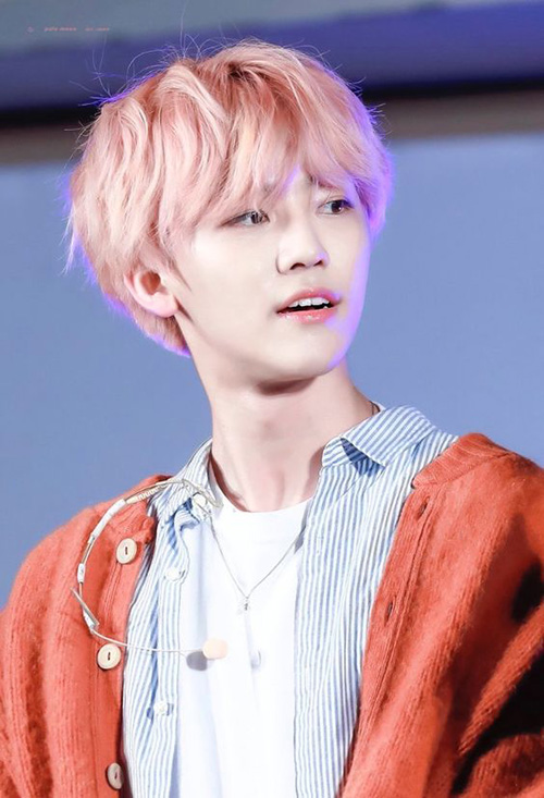 Không chỉ có khuôn mặt đẹp, Jae Min còn thường xuyên tham gia các hoạt động từ thiện của công ty. Năm 2018, nam ca sĩ cùng tiền bối Si Won sang Việt Nam để dự sự kiện của UNICEF.