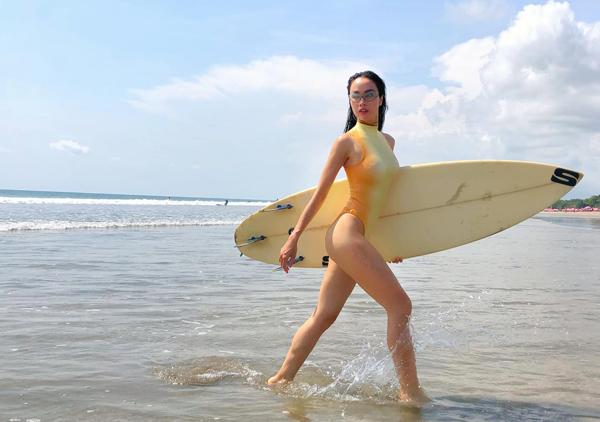 Vũ Ngọc Anh mặc đồ tắm khoét hông cao đi lướt sóng, tôn lên ba vòng nóng bỏng.