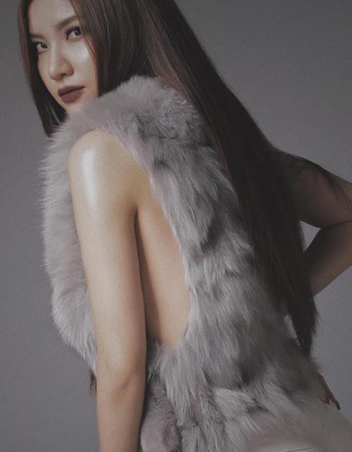 Hạnh Sino bỏ quên nội y trong bộ ảnh mới.