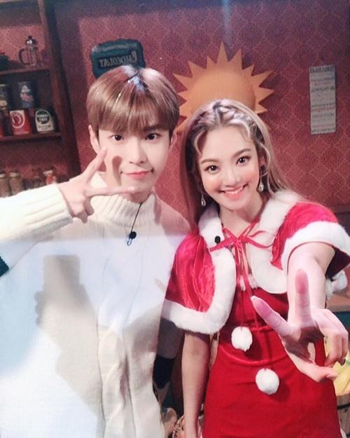 Hyo Yeon diện váy Noel xinh tươi bên đàn em Do Young (NCT).