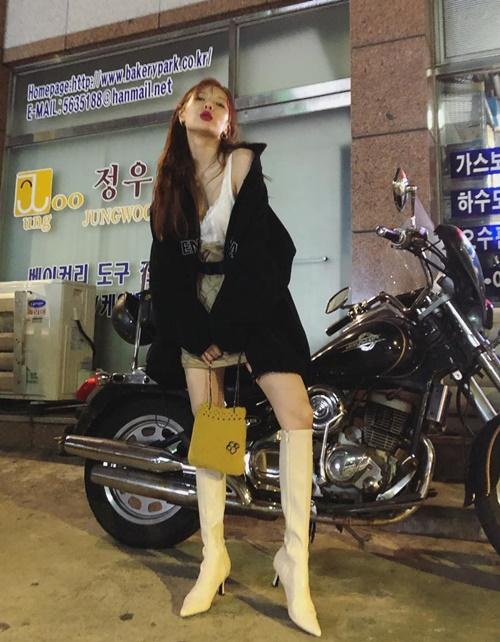 Hyun Ah tạo dáng khoe chân thon, hững hờ vai áo gợi cảm bên chiếc mô tô hầm hố.