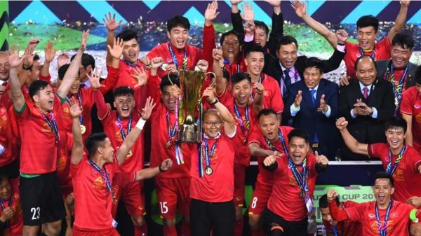 Thầy Park cùng các học trò nâng cúp vô địch AFF Cup 2018.