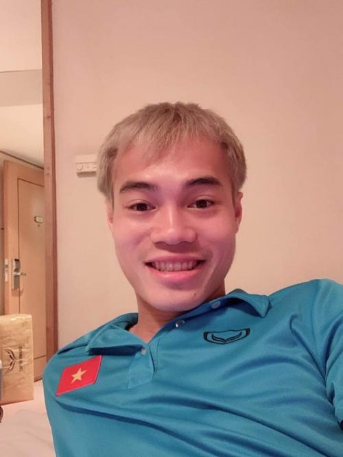 Bức ảnh đưa Văn Toàn nhận được giải thưởng tự ban Quả bóng Cười do đồng đội trao.