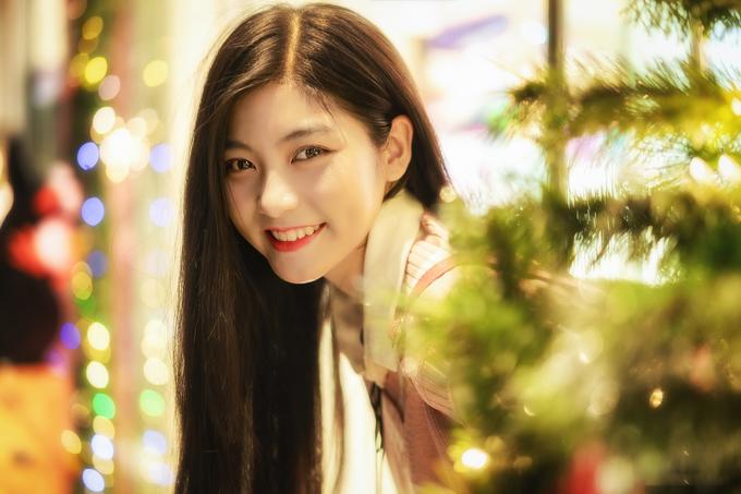<p> Đôi mắt tròn, nụ cười má lúm dễ thương là điểm dễ nhận dạng ở cô gái 9x này.</p>