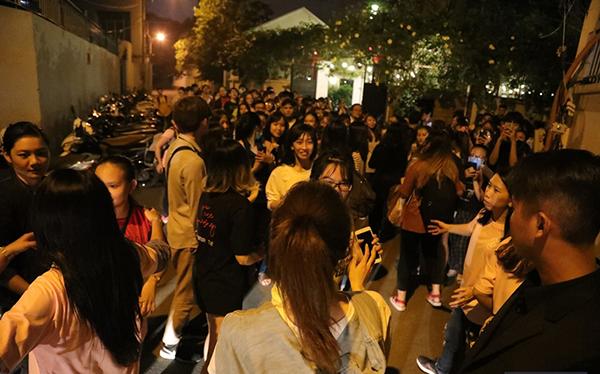 Sau đó, trong khi các fan đang đến một vài tuyến đường của thành phố để trao 200 suất thức ăn cho người vô gia cư, Eun Jung cũng bất ngờ xuất hiện. Sự xuất hiện gây náo loạn cả con phố.