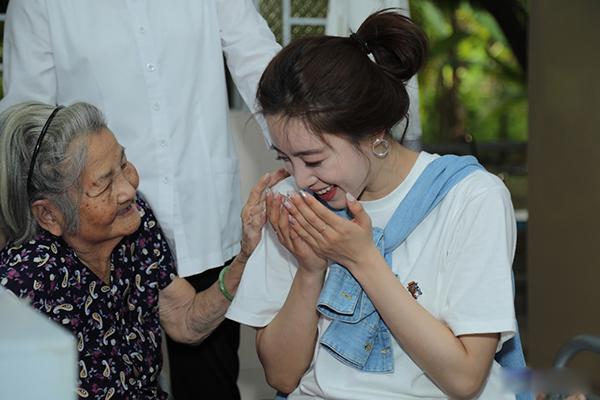 Ngoài tặng quà, Eun Jung còn hát và nhờ phiên dịch giao lưu cùng các cụ.