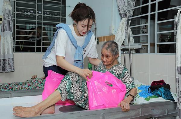 Cô đến từng phòng tặng nhu yếu phẩm cho 95 cụ già ở đây.