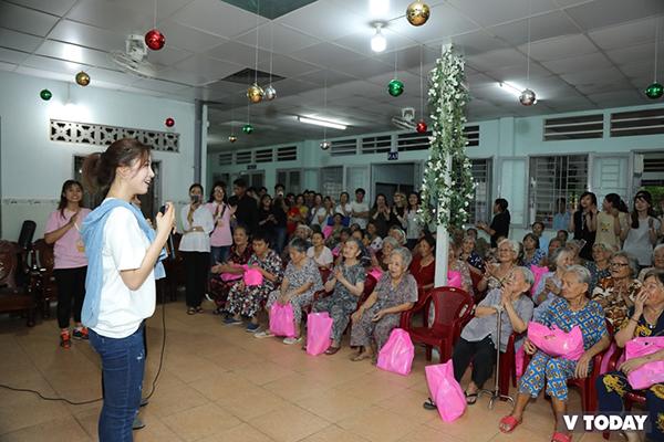 Eun Jung bất ngờ xuất hiện tại nhà tình thương Vinh Sơn, quận Bình Thạnh, TP HCM với vẻ rạng rỡ.