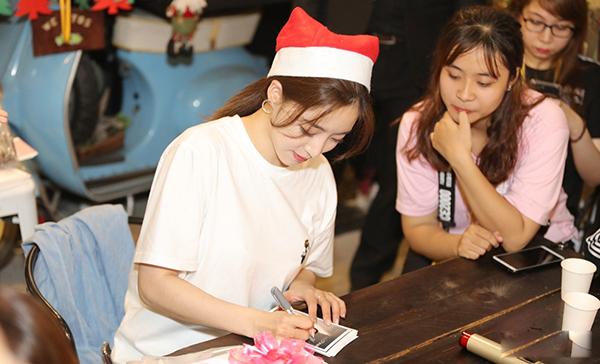 Eun Jung thân thiện cùng fan.