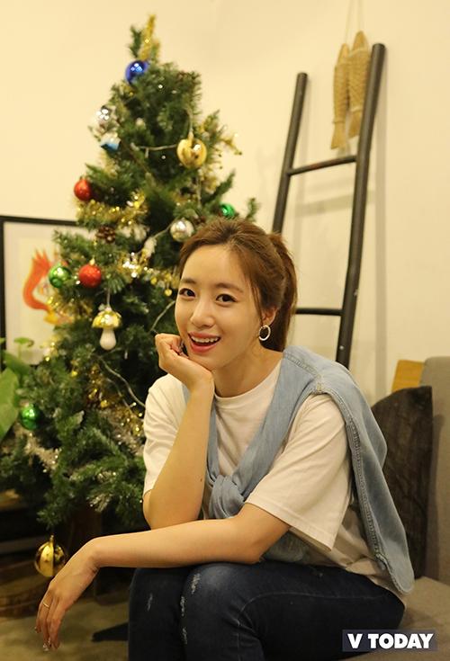 Sau khi trao hết các phần quà, Eun Jung có buổi fan meeting nho nhỏ và ký tặng với khoảng 80 fan tại một quán cà phê ấm cúng tại Sài Gòn.