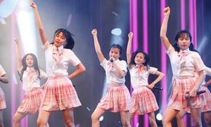 Nhóm nữ 28 thành viên SGO48 đầy năng lượng trên sân khấu debut
