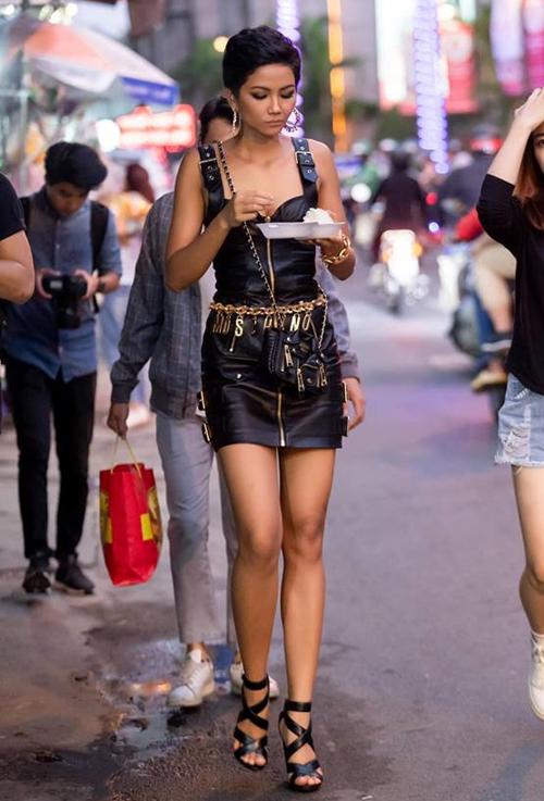 Được khán giả yêu mến gọi là Hoa hậu giản dị, HHen Niê rất ít khi xuất hiện với những món đồ đắt đỏ. Hầu hết những lần mặc hàng hiệu, trang phục của cô đều do stylist và ê kíp hỗ trợ. Trong một hoạt động mới đây, HHen Niê gây chú ý khi mặc cả cây trong bộ sưu tập H&M x Moschino với váy có giá khoảng 10 triệu đồng, túi xách 26 triệu đồng. Chiếc váy này từng được rất nhiều sao Việt như Minh Hằng, Nam Anh, Phí Phương Anh... chọn mặc.