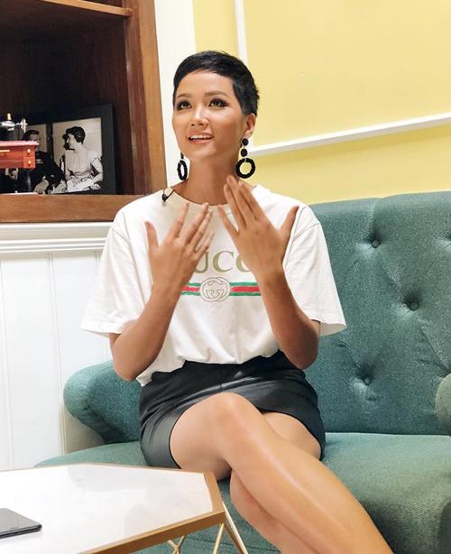 Chiếc áo thun của Gucci mà HHen Niê đang diện có giá khoảng 10 triệu đồng, từng được rất nhiều sao Việt chọn mặc.