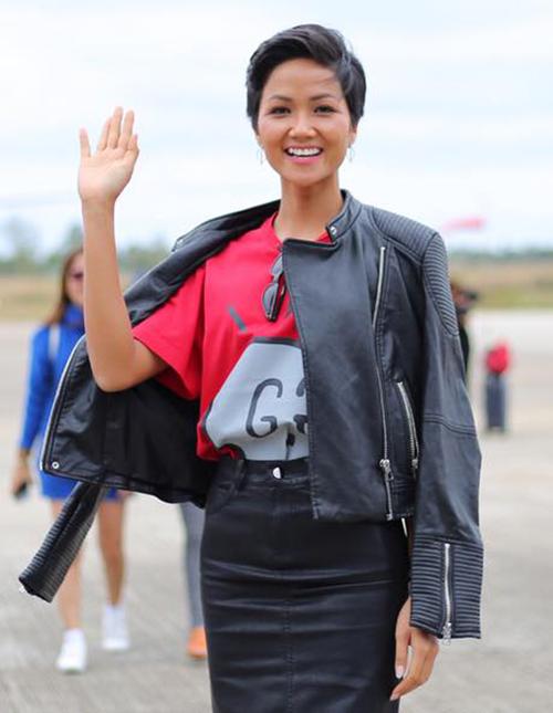 Một chiếc áo phông Gucci khác mà người đẹp từng mặc có giá khoảng 12 triệu đồng, được tiết lộ cũng là một món đồ đi mượn.