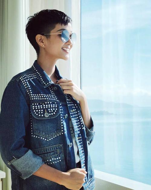 Chiếc áo khoác denim này được HHen Niê thú nhận là mặc theo Sơn Tùng. Thiết kế unisex của Saint Laurent giá khoảng 70 triệu đồng giúp người mặc trông rất cá tính.